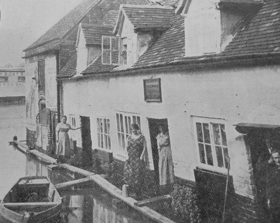 Mill Avon Cottages, Tewkesbury. Early 20th century